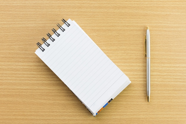 Pen en blocnote met blanco pagina Premium Foto