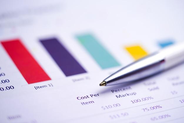 Pen op grafieken spreadsheet papier. Premium Foto