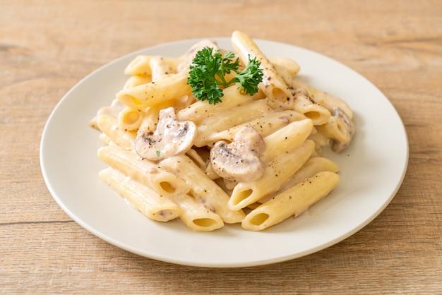 Penne pasta carbonara roomsaus met champignon Premium Foto