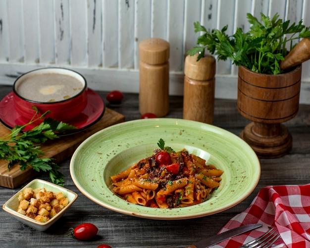 Penne pastabord met tomatensaus, parmezaan en kruiden Gratis Foto