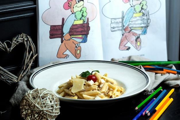 Pennedeegwaren met champignon, kip en parmezaanse kaas Gratis Foto