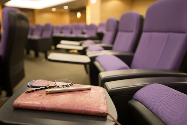 Pennen, glazen en notitieboekjes in de vergaderruimte. Premium Foto