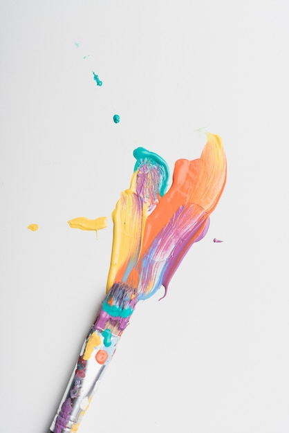 Penseel gekleurd met verf Gratis Foto