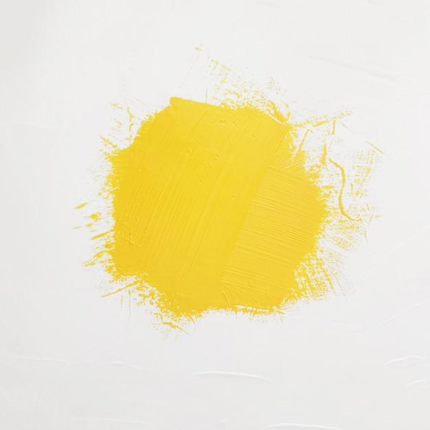 Penseelstreken van gele verf met ruimte voor uw eigen tekst Gratis Foto