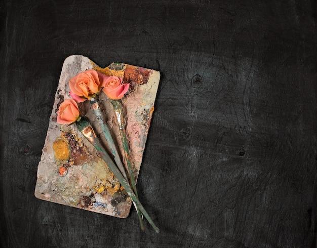 Penselen en buizen olieverf op hout Gratis Foto