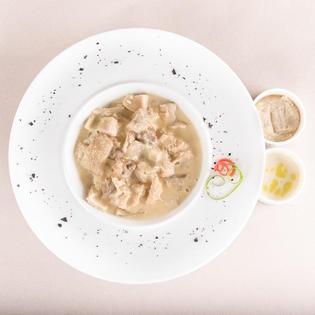 Pensoep, geserveerd met knoflooksaus - mujdei - en mierikswortelsaus Premium Foto
