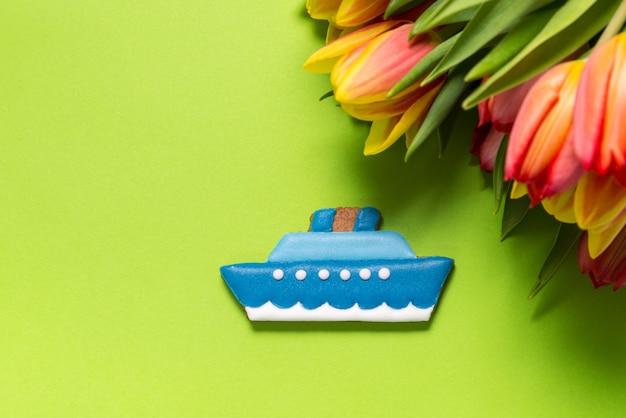 Peperkoek cruiseschip en tulpen op roze Premium Foto