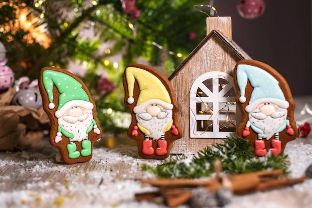 Peperkoek kleine sprookjesachtige kabouters in gezellige decoratie met slingerlichten Premium Foto