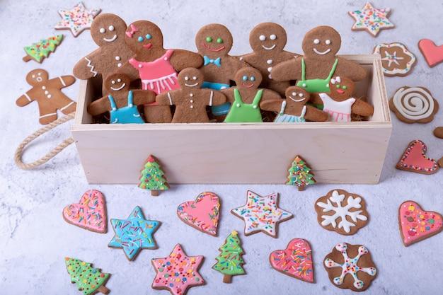 Peperkoek mannen en figuren. traditioneel nieuwjaar en kerstmis zelfgemaakte koekjes. kerst achtergrond. selectieve aandacht, close-up. Premium Foto