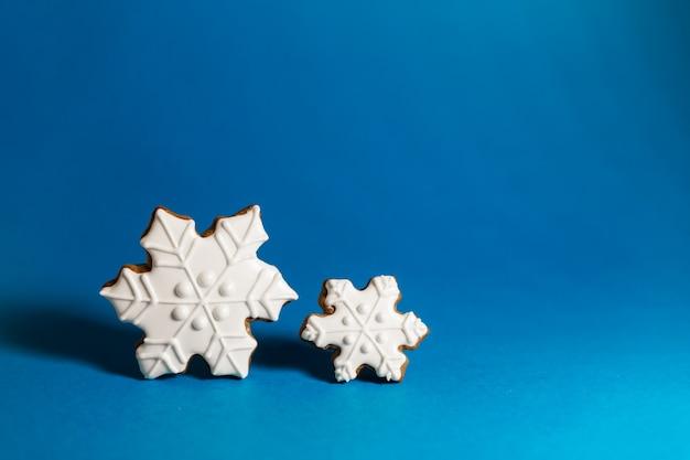 Peperkoekkoekje van sneeuwvlok op blauw Premium Foto