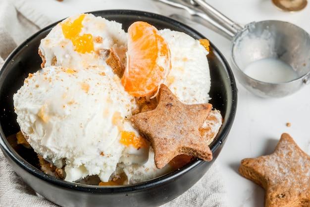 Peperkoekroomijs met mandarijnen en koekjes Premium Foto