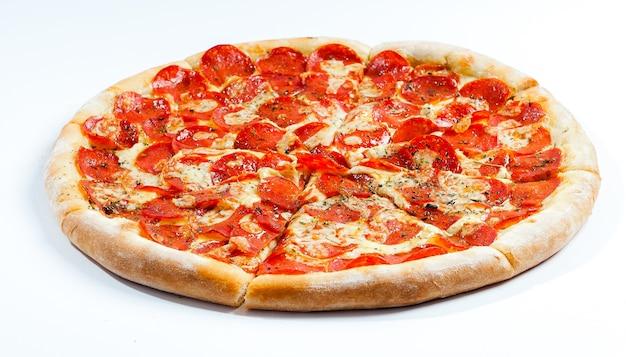 Pepperoni pizza geïsoleerd op wit Premium Foto