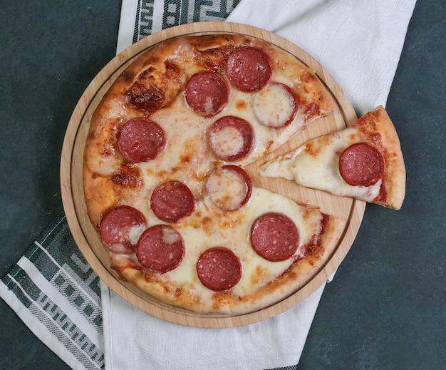 Pepperonipizza met gesmolten witte kaas bovenop. Gratis Foto
