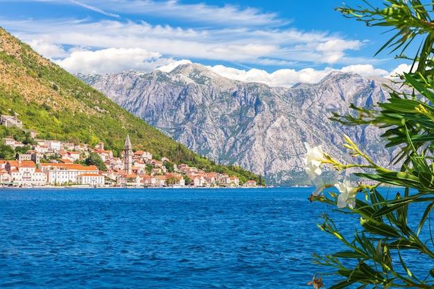 Perast old town in de baai van kotor, mooi zomers uitzicht, montenegro. Premium Foto