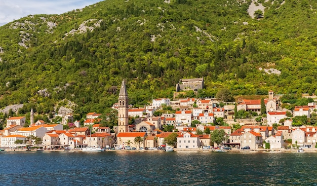 Perast old town in de baai van kotor, mooie zomerse uitzicht vanaf de zee, montenegro. Premium Foto