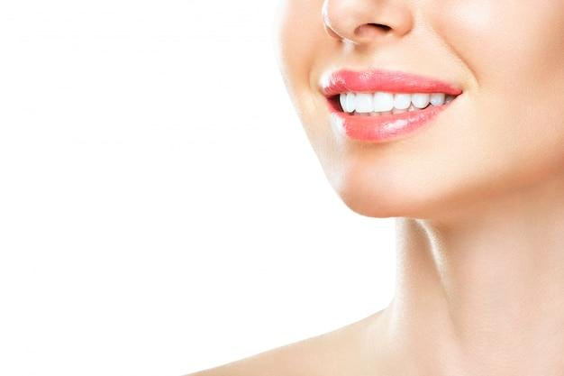 Perfect gezonde tanden glimlach van een jonge vrouw. tanden bleken. tandheelkundige kliniek patiënt. afbeelding symboliseert mondverzorging tandheelkunde, stomatologie. isoleer een witte achtergrond. Premium Foto