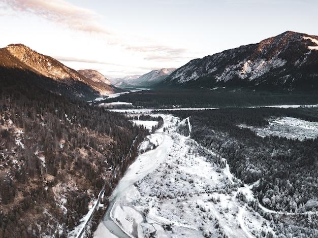 Perfect landschap van bos en bergen in koude tijden Gratis Foto
