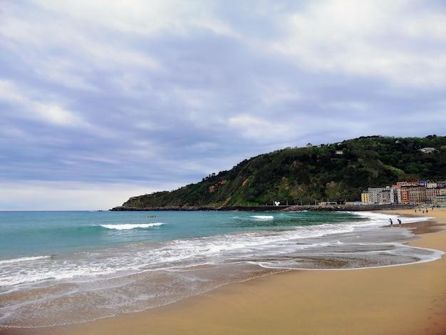 Perfect landschap van een tropisch strand in de badplaats van san sebastian, spanje Gratis Foto