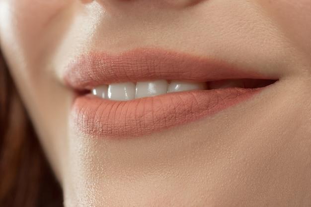 Perfecte lippen. sexy meisje mond close-up. schoonheid jonge vrouw glimlach. natuurlijke dikke volle lip. lippenvergroting. Gratis Foto