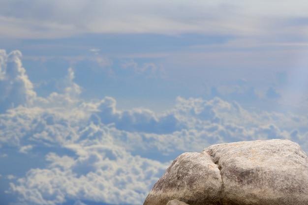 Permanent leeg bovenop een uitzicht op de bergen Premium Foto