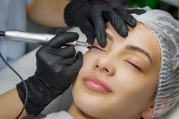 Permanente make-up eyeliner procedure Premium Foto
