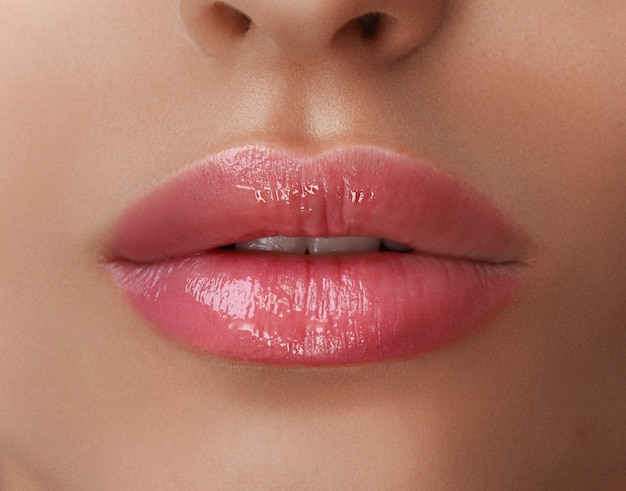 Permanente make-up op haar lippen. Premium Foto
