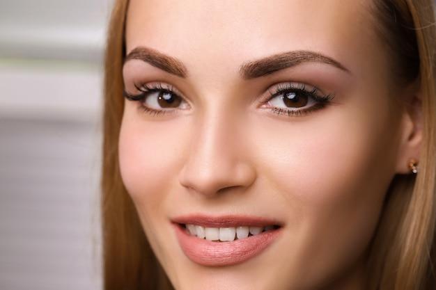 Permanente make-up op wenkbrauwen. Premium Foto