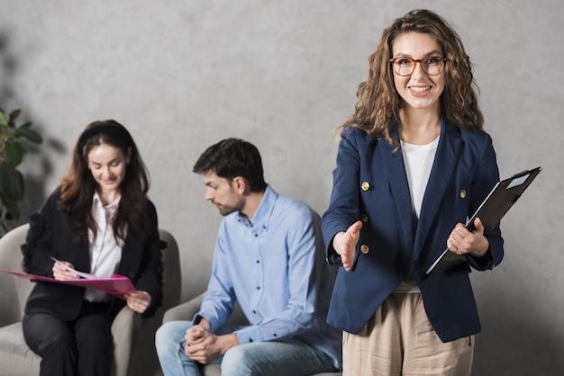 Personeelsvrouw die handschok geeft vóór gesprek Premium Foto