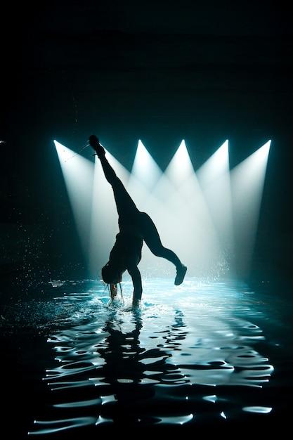 Persoon dansen op water Premium Foto