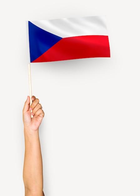 Persoon die de vlag van de tsjechische republiek zwaaien Gratis Foto