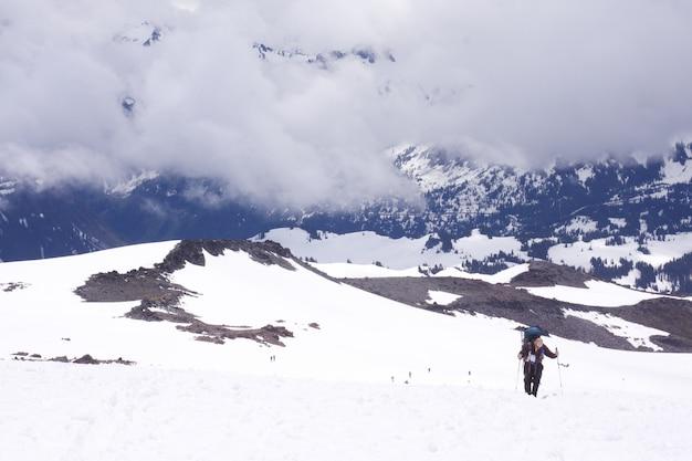 Persoon die een wandeling in mount rainier national park tijdens de winter Gratis Foto