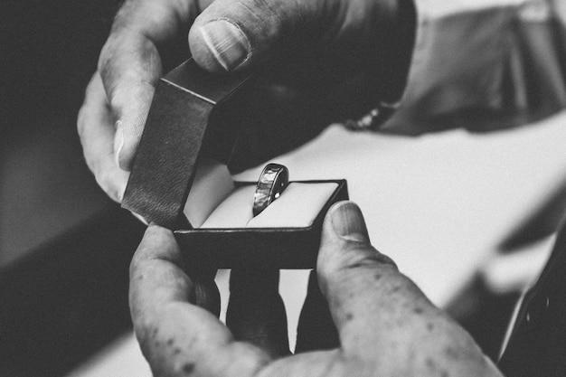 Persoon die een zilveren ring binnenkant van een doos Gratis Foto