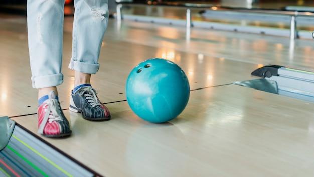 Persoon en bowlingbal op bowlingruimte Gratis Foto