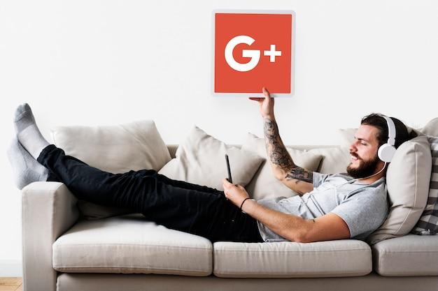 Persoon met een google plus-pictogram Gratis Foto