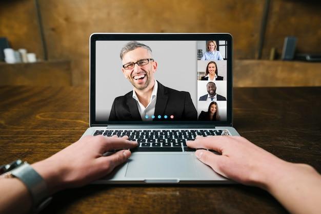 Persoon met een zakelijk videogesprek binnenshuis Premium Foto