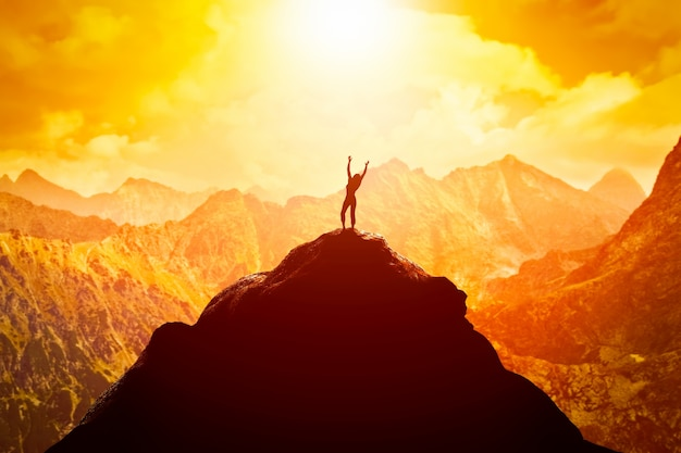 Persoon op de bergtop Gratis Foto