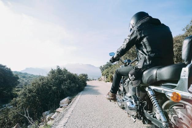 Persoon op mooie motor op het platteland Gratis Foto