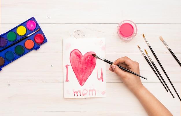 Persoon schrijven ik hou van je moeder met kwast Gratis Foto