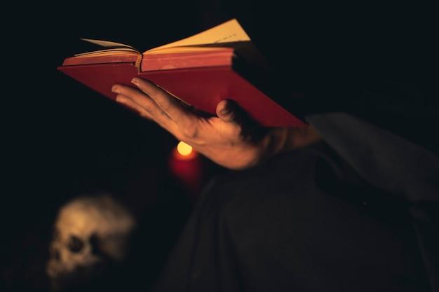 Persoonsgebaren van het houden van een rood boek Gratis Foto