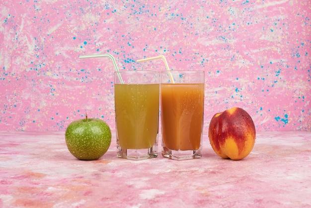 Perzik en appels met kopjes sap. Gratis Foto