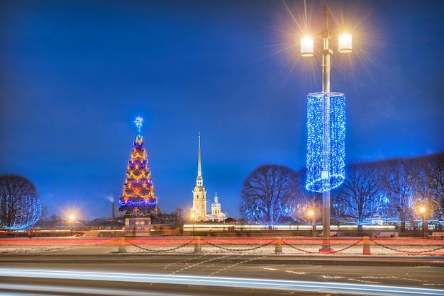 Peter en paul-vesting en nieuwjaarsboom in st. petersburg Premium Foto