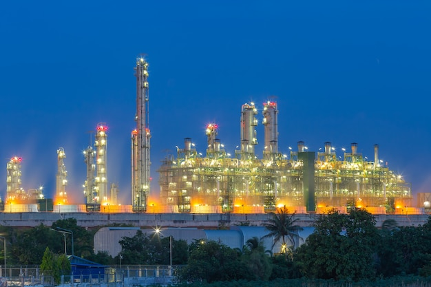Petrochemische olieraffinaderij. Premium Foto