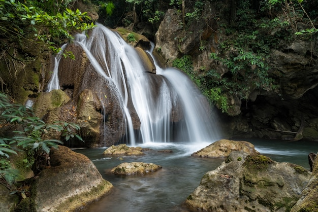 Pha-tak-waterval in diep regenwoud bij het nationale park van khao laem Premium Foto