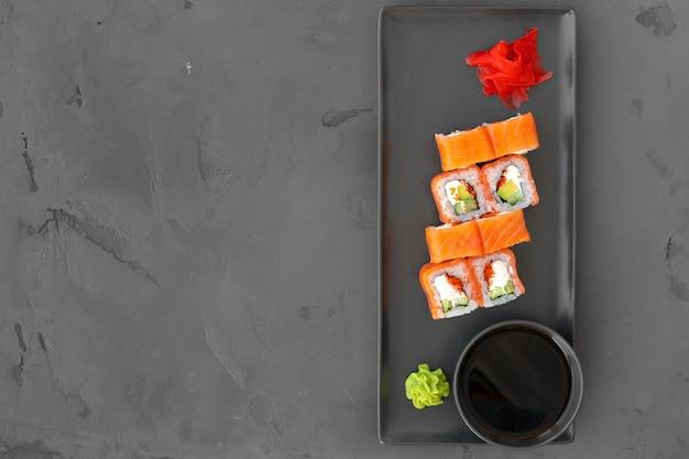 Philadelphia sushi roll op zwarte achtergrond bovenaanzicht, kopie ruimte Premium Foto