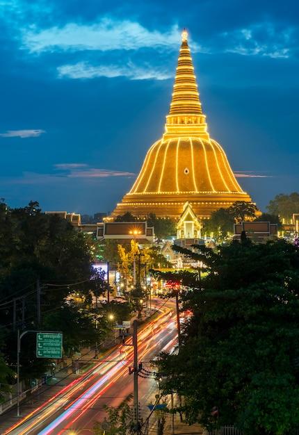 Phra pathommachedi stupa gelegen in de wat phra pathommachedi ratcha wora maha wihan prachtig ingericht voor festival, provincie nakhon pathom, thailand Premium Foto