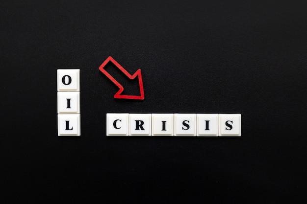 Phrase oil crisis gemaakt van plastic blokletters met rode vallende pijl Premium Foto