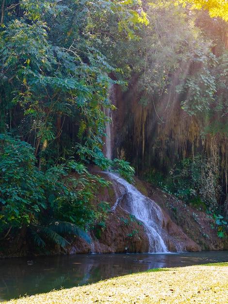 Phu sang waterval met water alleen in thailand. -36 watertemperatuur tot 35 graden celsius die uit een 25 meter hoge kalkstenen klif stroomt. Premium Foto