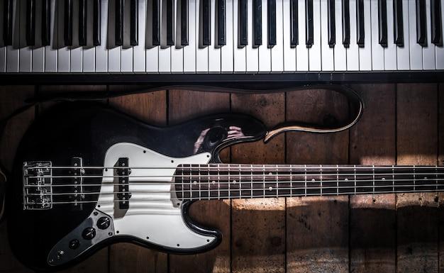 Piano en gitaar op houten close-up als achtergrond Gratis Foto