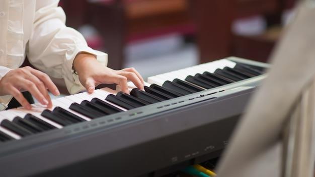 Piano lessen en piano spelen Premium Foto