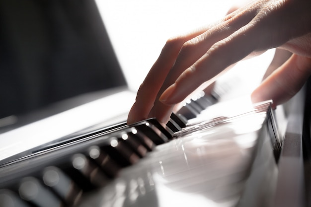 Piano spelen. detailopname Premium Foto